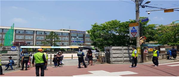 대전지방경찰청은 지난달 27일(수)부터 초등학교 1~2학년이 등교함에 따라 통학로와 방범시설이 취약한 놀이터 ·공원 등에 대한 안전활동을 위해 대전지역 아동안전지킴이 258명이 활동을 시작했다고 밝혔다.