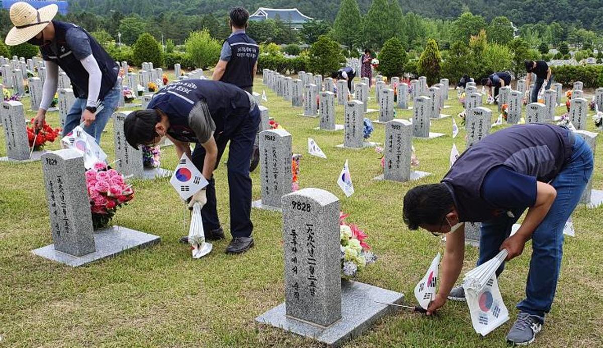2일, 대전현충원을 찾은 대전도시철도공사 김중철 노동조합위원장과 직원들이 1사 1묘역 가꾸기 봉사활동을 펼치고 있다.