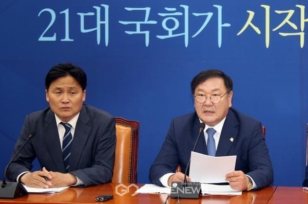 김태년 더불어민주당 원내대표가 2일 오전 국회에서 원내대책회의를 주재하고 있다.