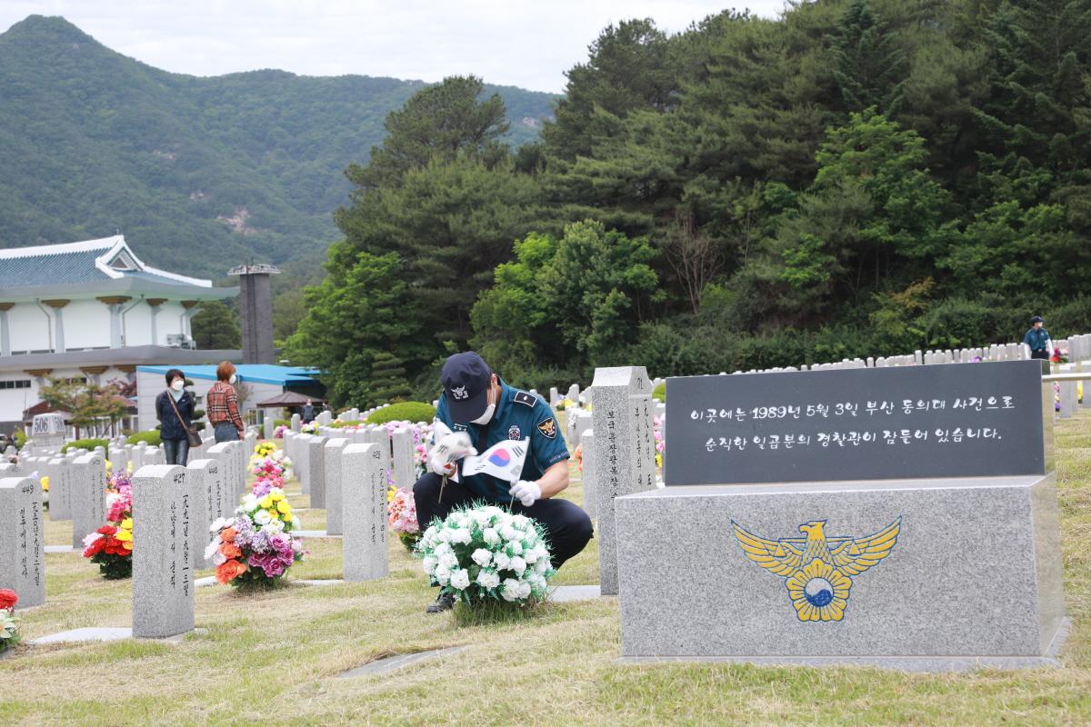 대전지방경찰청(청장 최해영)은 경찰묘역에 참배하고 나라를 위해 몸 바치신 전사순직경찰관들의 명복을 빌었다.