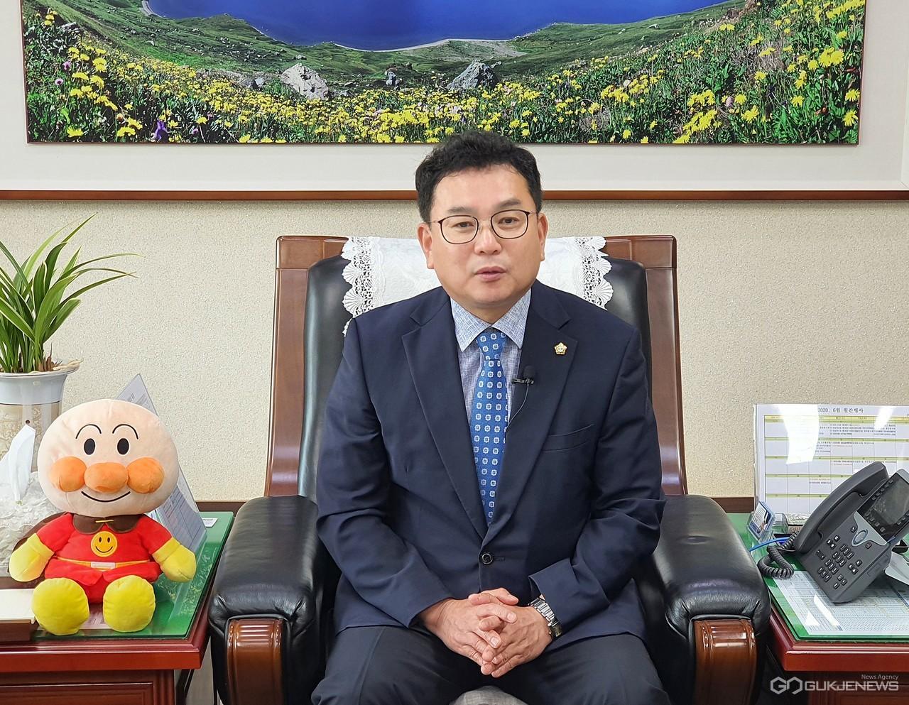 대전서구의회 김창관 의장이 2일 서구의회 의장실에서 인터뷰를 하고 있다./이규성 기자