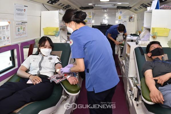 (제공=경주경찰서) 헌혈버스에 올라 헌혈에 나선 경찰서 직원들