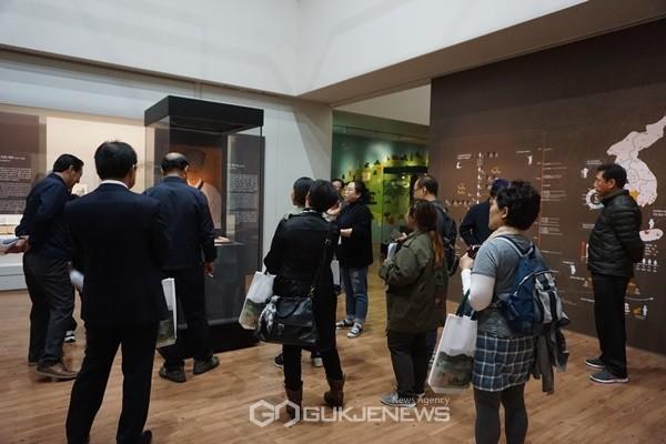 국립제주박물관에서 자원봉사자들이 전시회를 안내하고 있다.