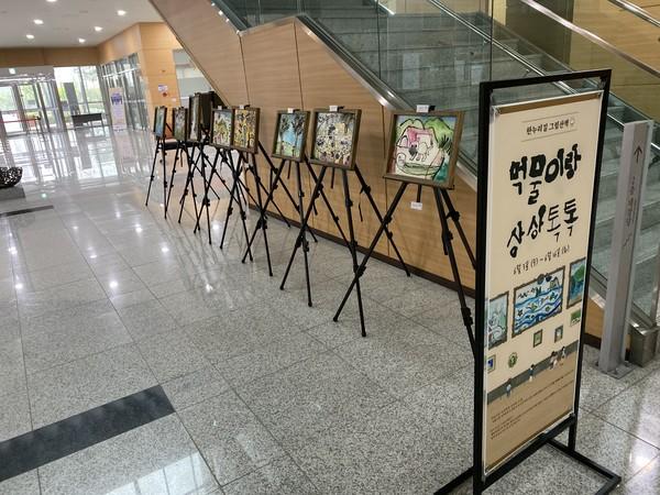 ▶ 세종시교육청 본청 1층에 학생들의 작품이 전시되어 있다.