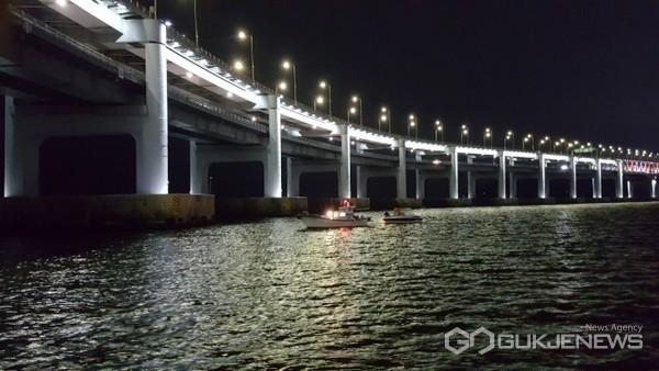 지난 2일 저녁 9시 9분께 광안대교 앞 해상에서 4명이 승선한 모터보트(2.09t)가 기관 고장으로 표류하다 신고를 받고 출동한 해경에 의해 구조됐다/제공=부산해경