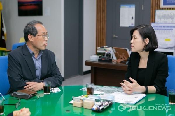 지난 2일 정명희 구청장(오른쪽)과 홍병석 동남지방통계청장(왼쪽)이 맞춤형 정책 수립 위한 '지역통계 컨설팅' 면담 모습/제공=북구청