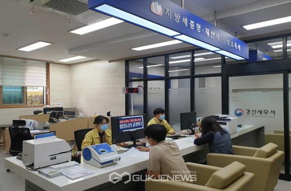 청도군이 납세자의 편의를 위해 경산세무서와 함께 군청 재무과 국세지방세통합민원실에서 '종합소득세개인지방소득세 합동신고센터'를 운영한다(사진=청도군)