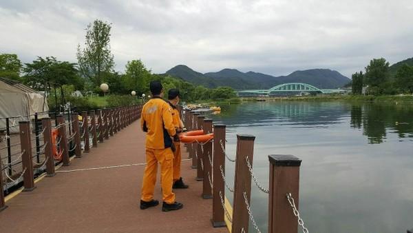 (사진제공=가평소방서) 소방서 관계자가 수난안전시설물인 인명구조 장비를 살펴보고 있다