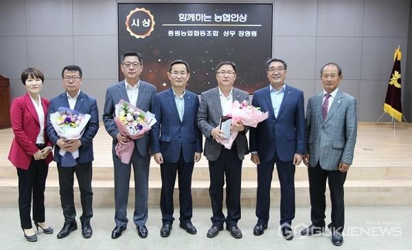 농협인상을 수상한 장영원(왼쪽에서 다섯번째) 상무