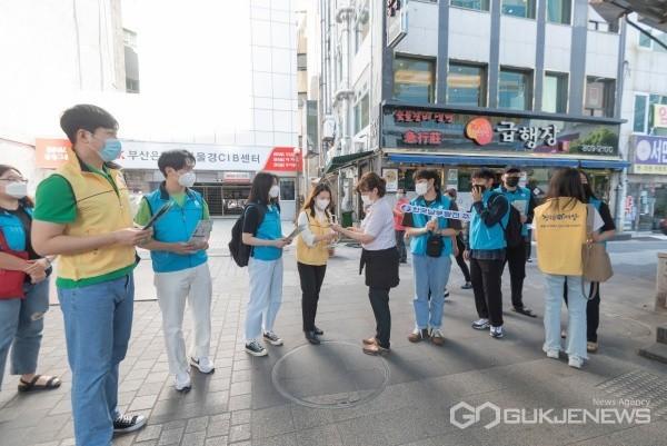 한국남부발전 KY리더들이 시민들에게 마스크를 나눠주며 공익신고에 대해 설명하고 있다/제공=남부발전
