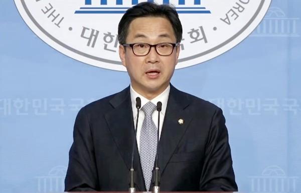 박성준 더불어민주당 원내대변인이 3일 오후 국회 소통관에서 미래통합당을 향해 21대 국회 정시 개원에 대한 협조를 촉구하고 있다.