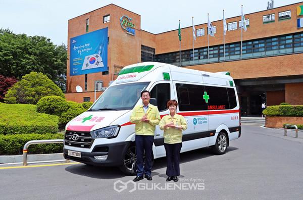 류태호 시장과 김미영 보건소장이 음압 특수구급차 앞에서 기념촬영을 가졌다.(사진제공=태백시청)