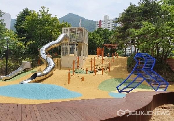 삼주어린이공원에 언덕 위 긴 미끄럼틀과 ㅅ모형 정글짐이 설치돼 있다.(사진제공=수성구청)