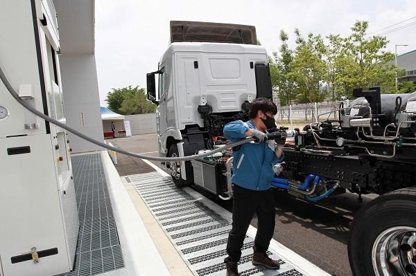 '상용차 수소충전소'에서 차량에 충전하고 있는 모습