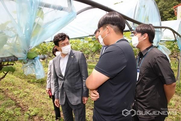 김병우 교육감이 청년 창업농과 대화를 나누고 있다.(사진제공=충북도교육청)