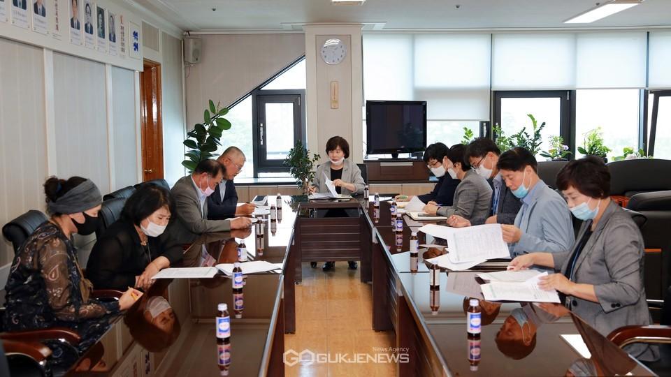 아산시의회는 주민자치연합회 임원들과 간담회를 개최했다.