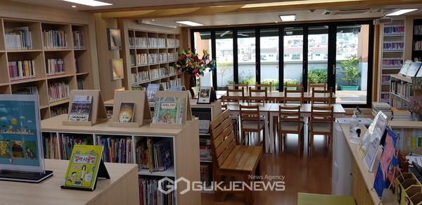 금천구 시흥1동주민센터 5층에 위치한 '맑은누리 작은도서관' 내부 모습