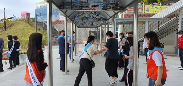 (사진제공=사천시) 생활속 거리두기 홍보캠페인을 벌이고 있다.
