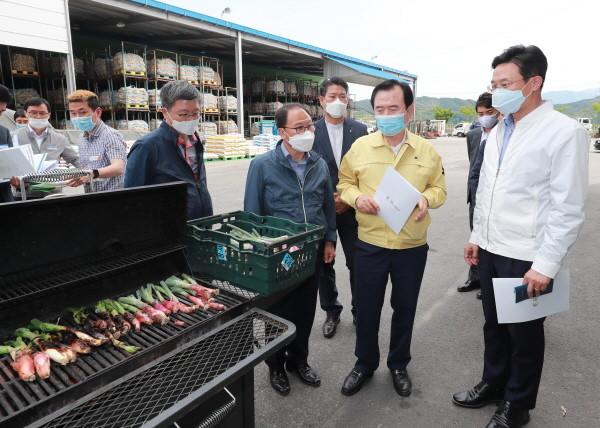 농림부이재욱차관(사진우측)함양농협산지유통센터방문자료사진
