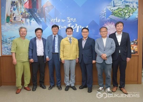 부산YMCA 시민회와 북항막개발 간담회 기념촬영 모습/제공=동구청