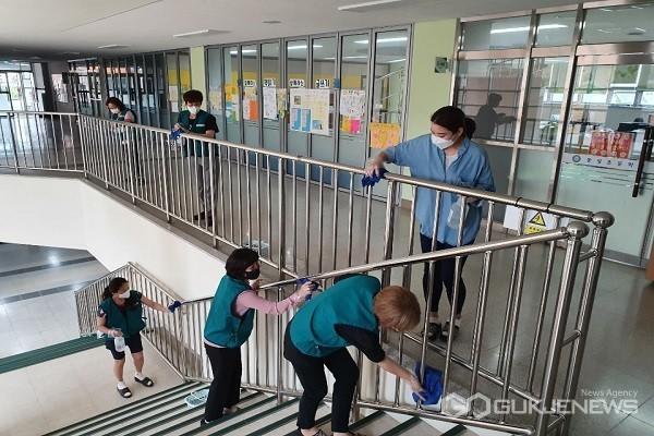 봉사단체 학교 방역 지원 모습.(사진제공=음성교육지원청)