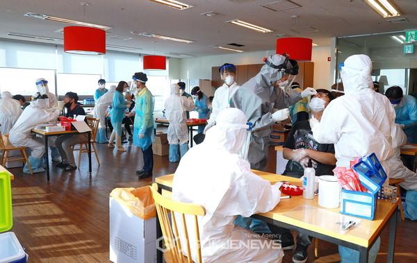 지난 3일(수) 오후 가산동 대성디폴리스 지식산업센터에 마련된 출장 선별진료소에서 의료진들이 근무자들을 대상으로 검체를 실시하고 있다