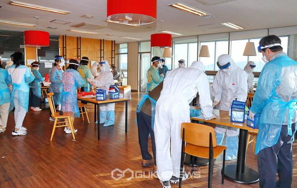 지난 3일(수) 오후 가산동 대성디폴리스 지식산업센터에 마련된 출장 선별진료소에서 의료진들이 검체 준비를 위해 분주히 움직이고 있다