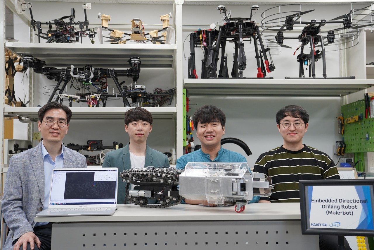 (왼쪽부터) 명현 교수, 이준석 박사과정, Christian(크리스티안) 연구원, 임현준 박사과정.