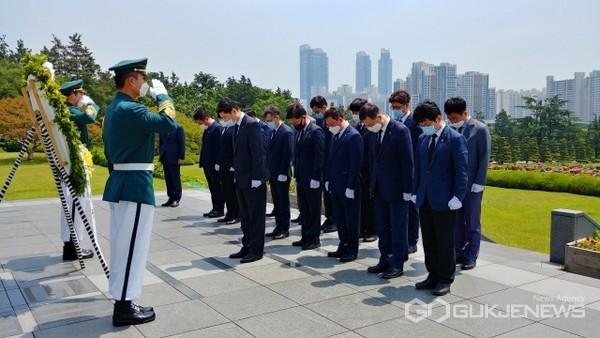 유엔기념공원 참배 모습 (앞 열 제영광 부산본부세관장)/제공=부산세관