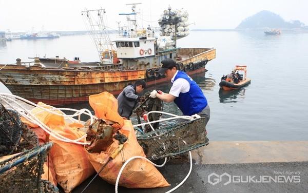충남 태안군이 올해 총 50억 원(국도비 포함)의 예산을 들여 바다 속 5m~40m 수심에 쌓여있는 해양쓰레기 1400톤을 수거한다. 사진은 해양쓰레기 수거 모습.