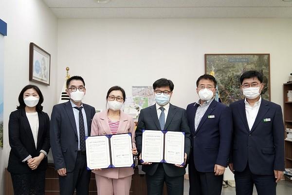 은수미 성남시장(왼쪽)과 윤여각 국가평생교육진흥원장(오른쪽)
