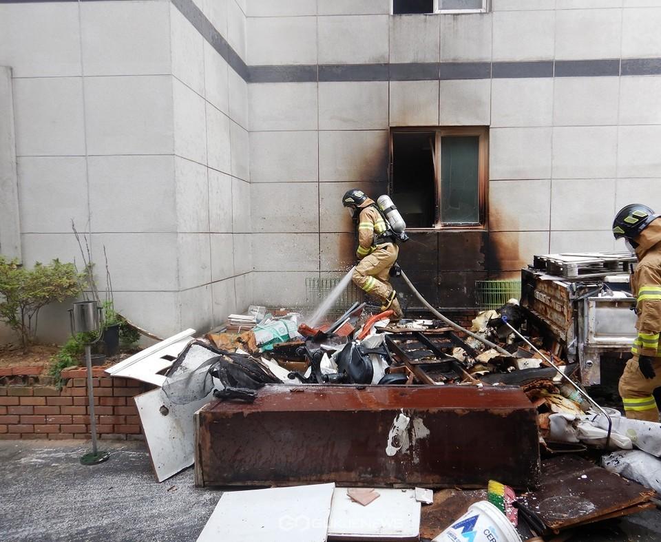 부주의로 추정되는 쓰레기화재 진압 모습