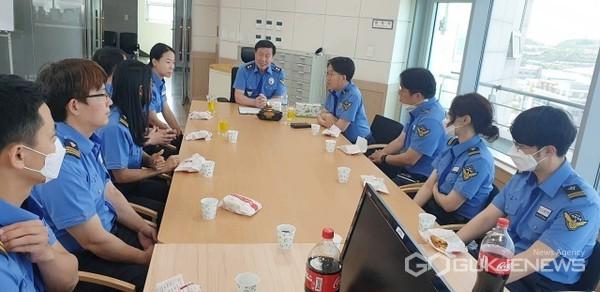 구자영 남해해경청장이 울산항해상교통관제센터를 방문에 직원들을 격려하고 간식타임을 갖고 있다