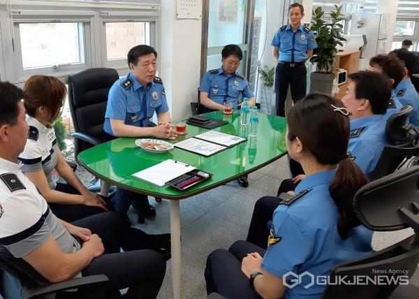 구자영 남해해경청장이 울산항파출소를 방문해 직원들과 소통의 시간을 갖고 있다