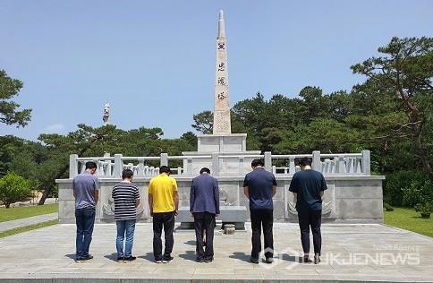 충혼탑 참배 모습(사진=보훈휴양원)