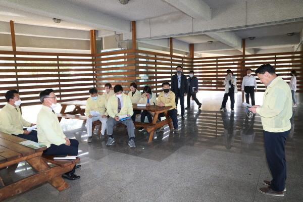 <사진설명=구리시의회의원들이현장확인(장자호수공원체험관교육장)을하고있는모습