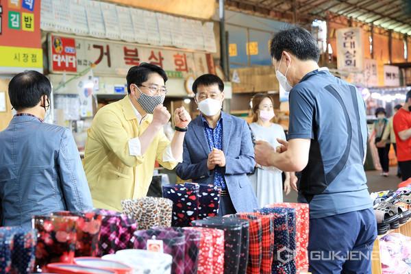 맹정호 서산시장이 서산동부전통시장을 방문해 시장 상인들을 격려하고 있다.