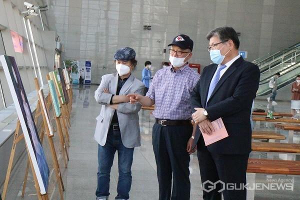 김수갑 총장(오른쪽)이 작품을 살펴보고 있다.(사진제공=충북대학교)