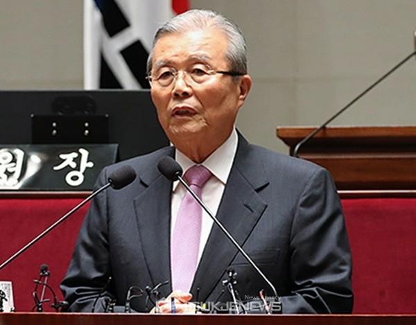 김종인 미래통합당 비상대책위원장이 4일 오후 국회 예결위회의장에서 열린 의원총회에서 모두발언을 하고 있다.