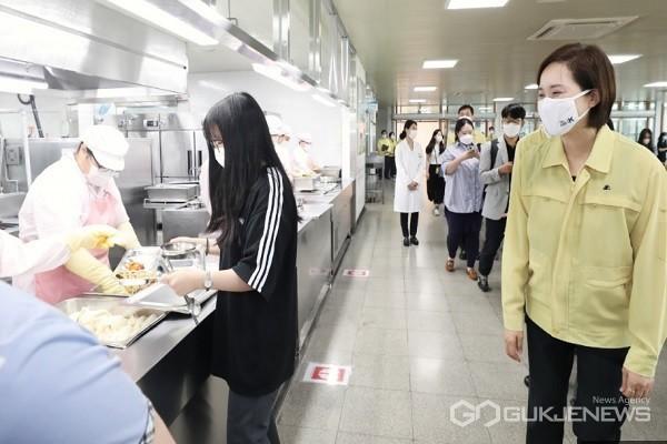 유은혜 교육부장관이 4일 충북 청주 오송고등학교 급식 현장을 방문하고 있다.(사진제공=충북도교육청)
