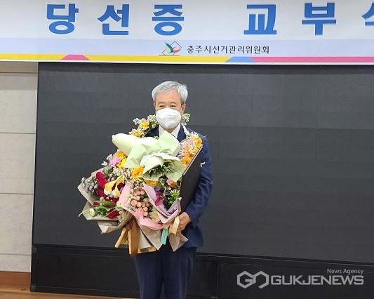 당선 축하 꽃다발을 받고 있는 최한교 당선자(사진=국제뉴스)