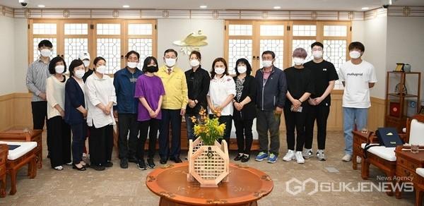 다자녀 가구 대학입학 축하금 지원증서 수여후 단체사진