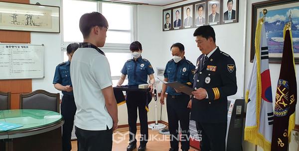 사진출처=익산경찰서 제공[사진-표창장을 받고 있는 최은혁 군(왼쪽)과 표창을 수여하는 임성재 서장]