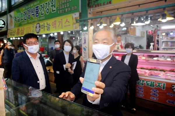 (사진제공=소진공) 조봉환 소진공 이사장이 대전 서구 도마큰 시장서 모바일 온누리상품권으로 장보기를 하고 있다.