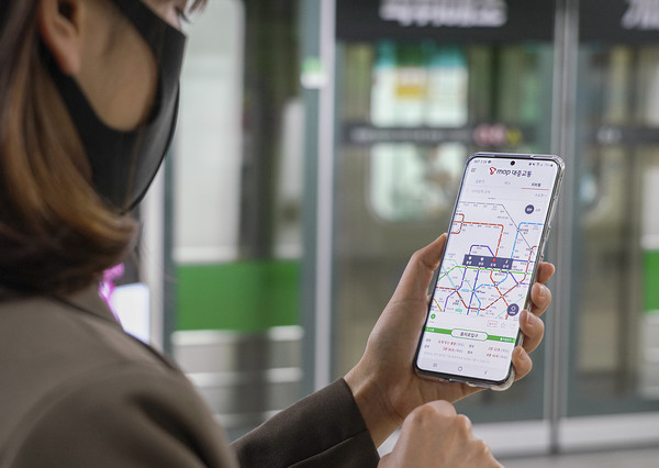SK텔레콤 길찾기버스지하철 통합정보 서비스 'T map 대중교통' 앱의 업데이트를 통해 지하철의 열차 혼잡 예측 정보를 국내 최초로 제공한다고 3일 밝혔다. 사진은 SK텔레콤 직원이 'T map 대중교통' 앱을 소개하고 있는 모습.