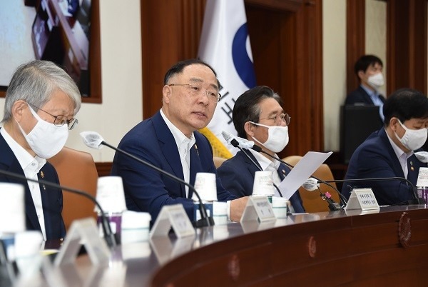 홍남기 부총리 겸 기획재정부 장관이 6월 4일 서울 광화문 정부서울청사에서 열린 '제2차 혁신성장전략회의'를 주재, 모두발언을 하고 있다.
