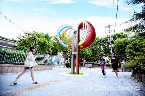 충북 충주시 '칠금동행복마을 문화특구'조성 사업이 마무리되며 시선이 머무는 산뜻한 거리로 새롭게 단장됐다.(사진=충주시)