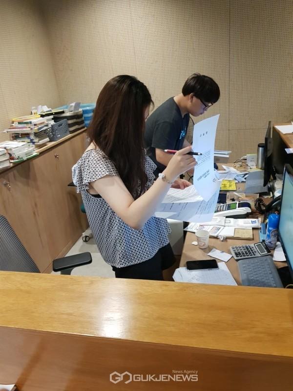 대학생 아르바이트 참가 학생들이 구청 부서에서 업무보조 일을 하고 있다