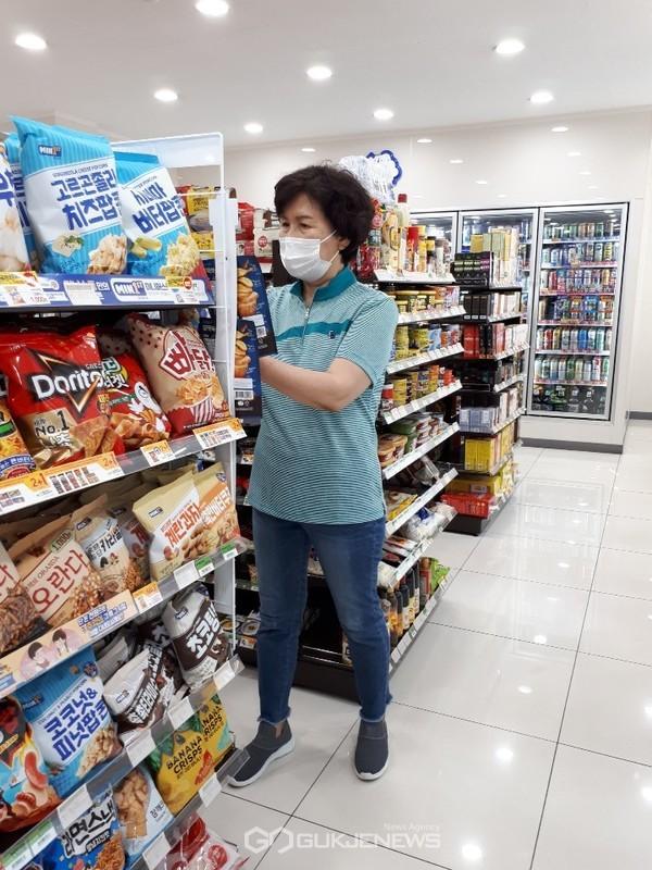 학부모 식품안전지킴이가 관내 학교주변 기호식품 조리판매업소를 대상으로 위생점검을 실시하고 있다