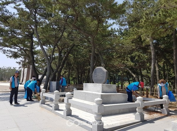 영덕군재향군인회임원들이장사상륙작전전승기념비일대를청소하고있다(사진=김충남기자)